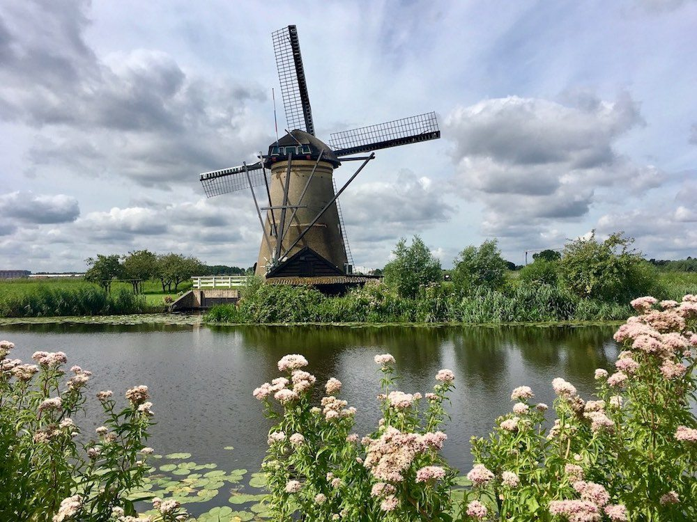 Besides the Zaanse Schans, The Netherlands also offers Kinderdijk. Kinderdijk is easier to reach via Rotterdam, but it's also possible as a day trip from Amsterdam. Here you can admire beautiful traditional Dutch windmills.