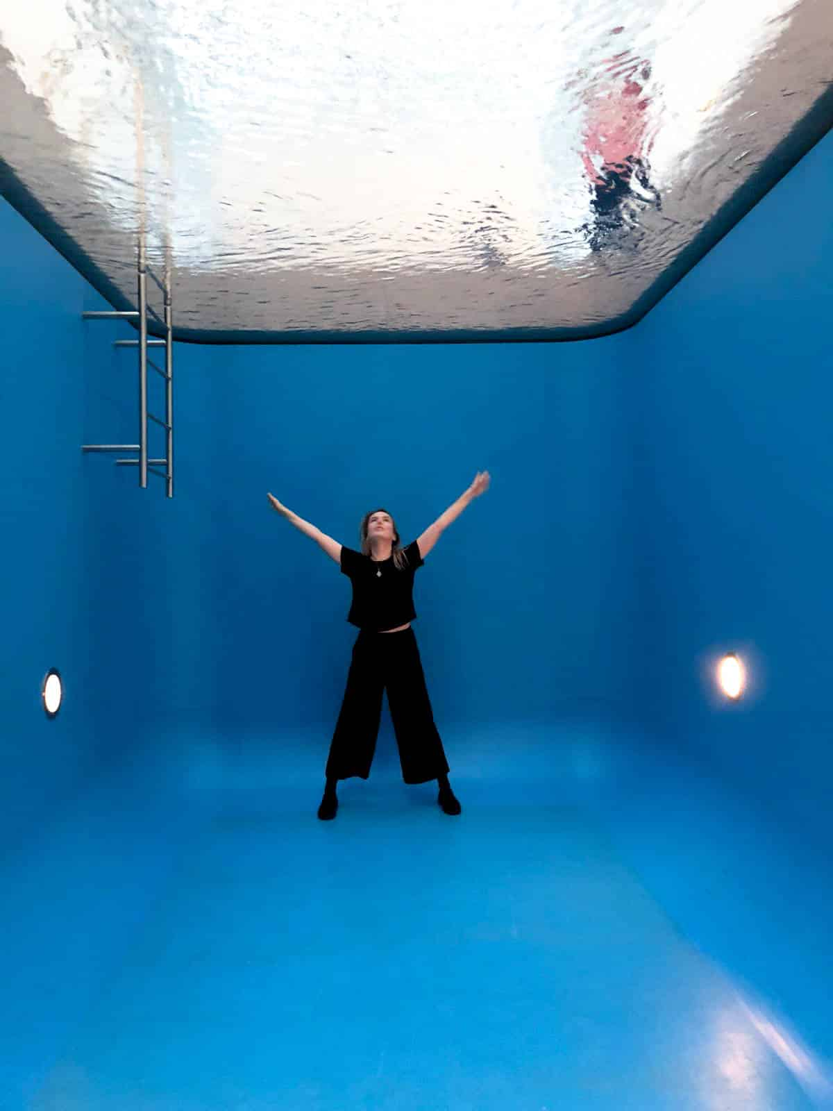 This fake swimming pool at Museum Voorlinden was created especially for the museum by Argentinian artist Leandro Erlich. It can be watched from above and from inside of the swimming pool.